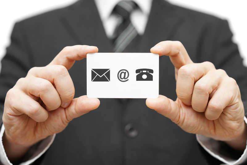 商人持有名片电子邮件和电话标志