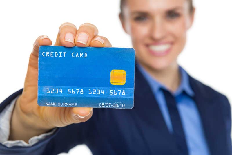 微笑的女商人显示信用卡特写