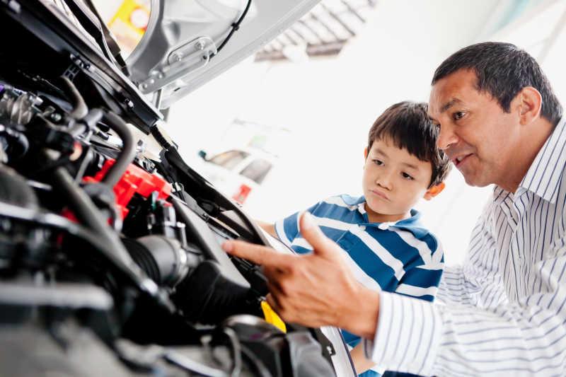 父亲和儿子一起买车