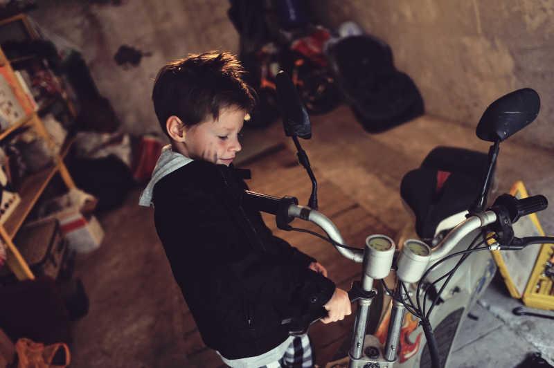 骑自行车的男孩