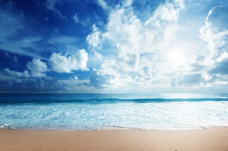 蓝天白云下美丽的热带海滩