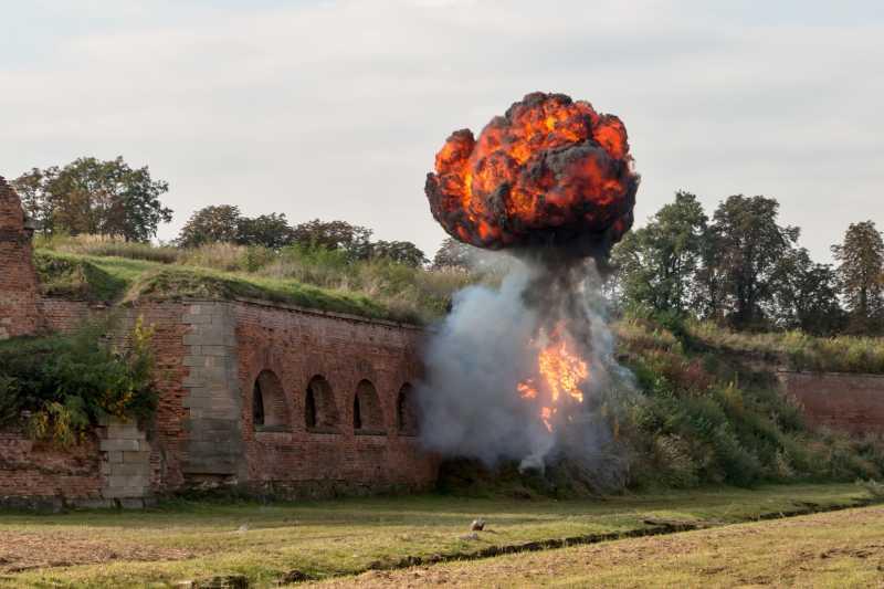 爆炸后的巨大火光