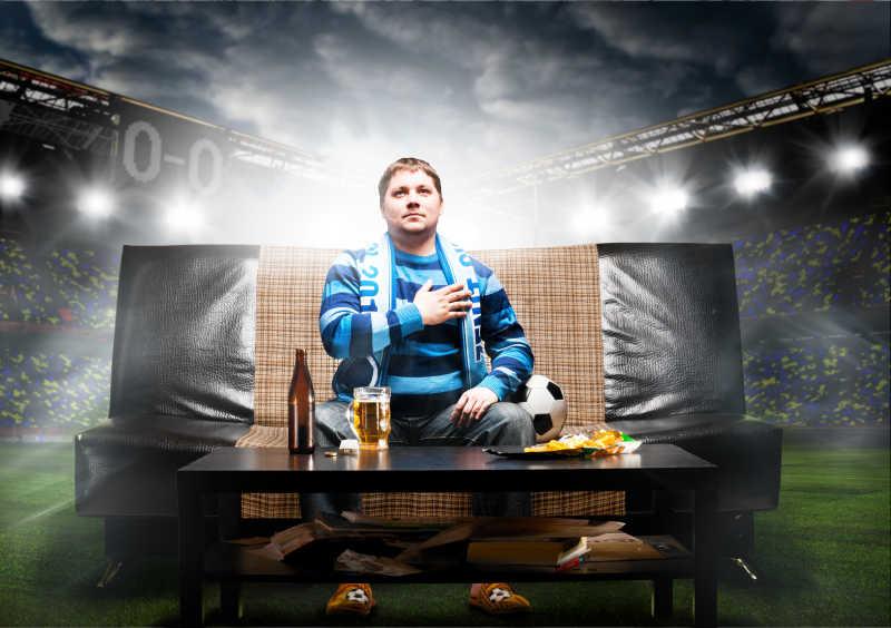 球场沙发上的足球迷