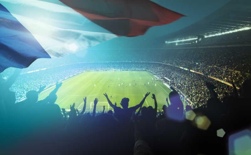 拥挤的足球场看台