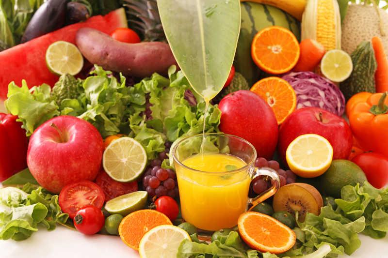 新鲜的水果和果汁