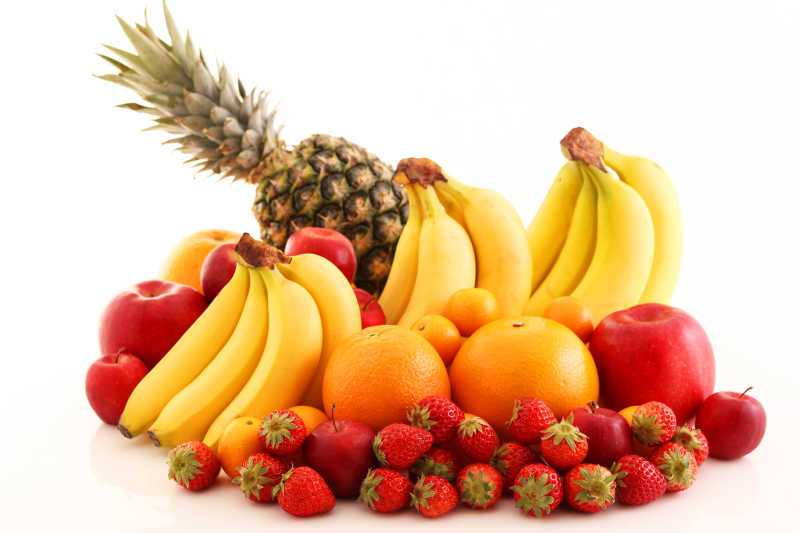 白色背景下的一堆新鲜水果