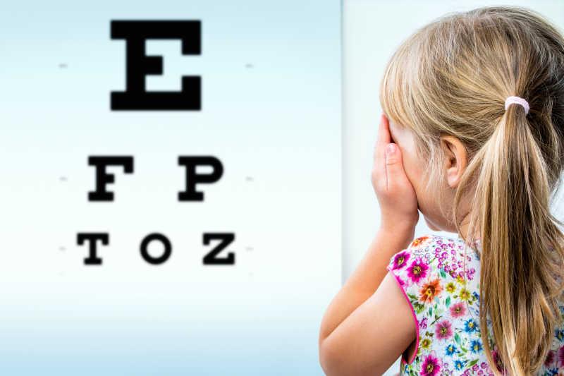 测视力的小女孩