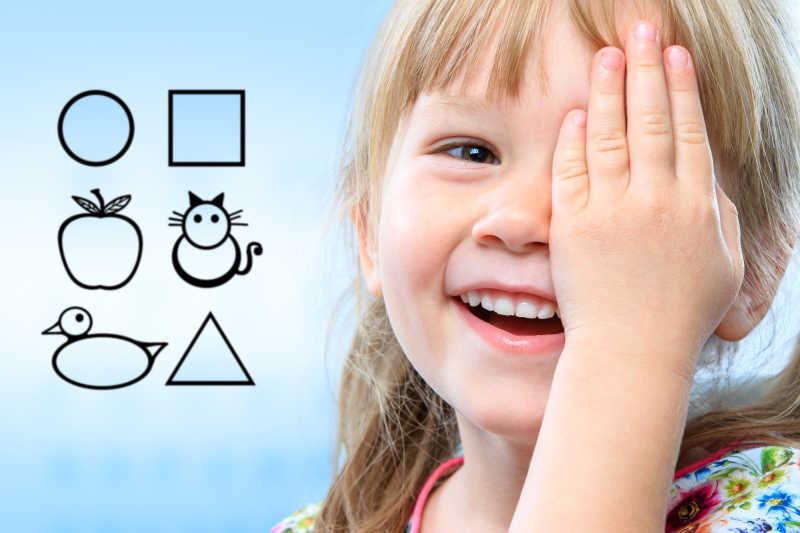 用符号测试视力的小女孩