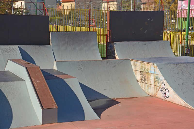 城市里阳光下滑板公园里的各种滑板场地