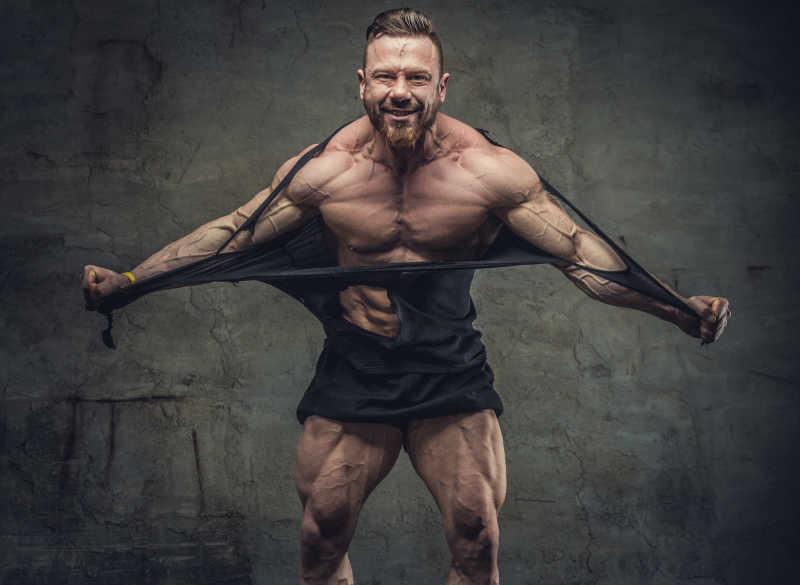 撕裂自己衣服的健壮肌肉男