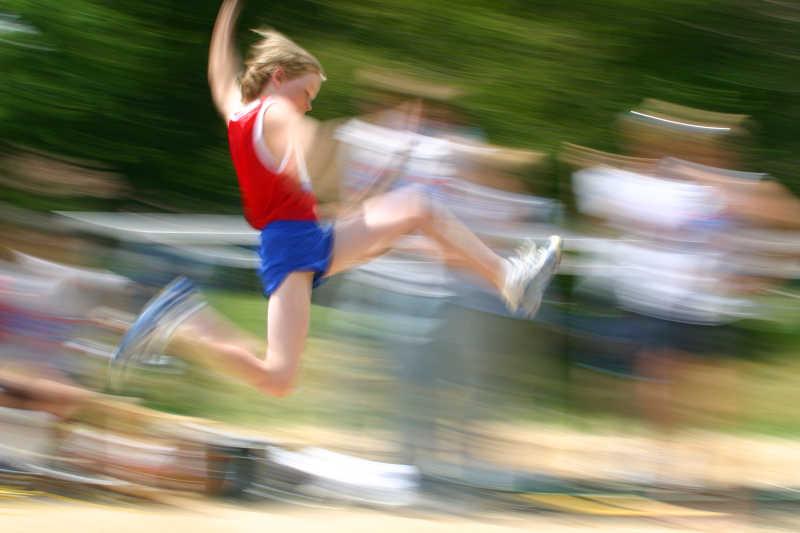 跳起的运动员