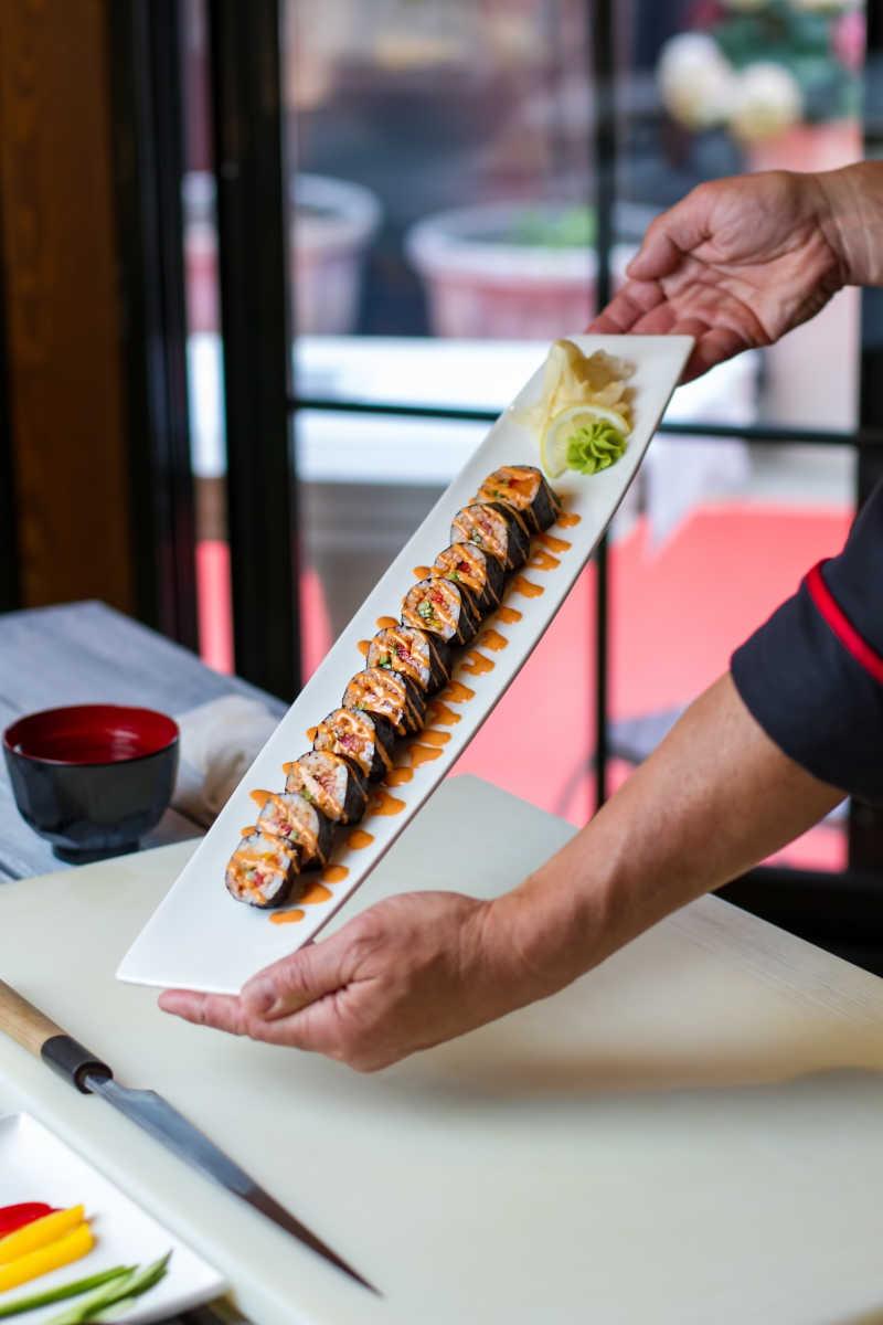 盛满寿司的托盘