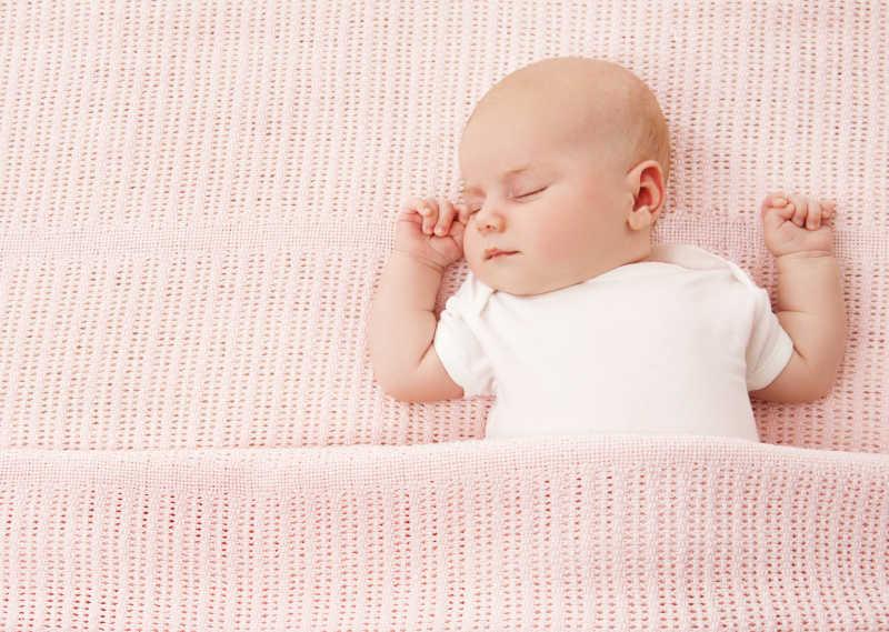 粉红色背景下的新生婴儿