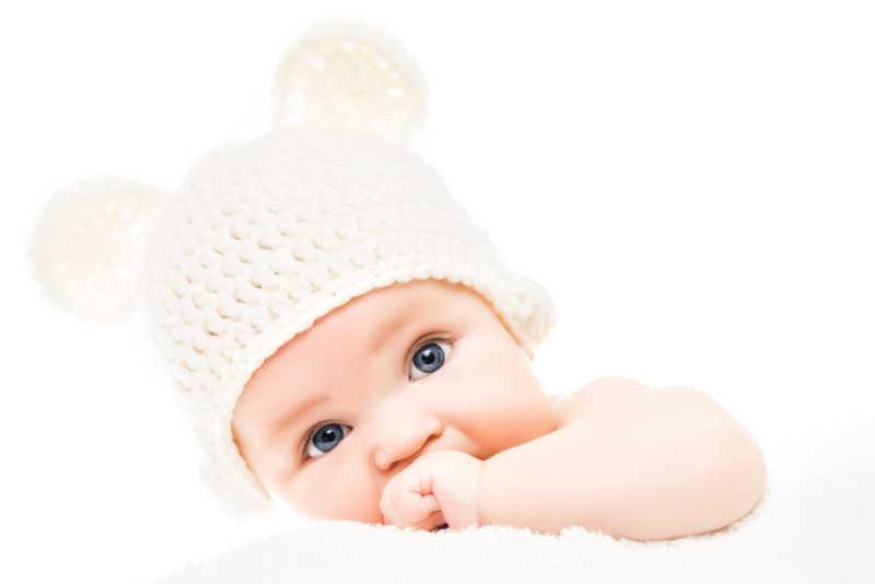 戴着熊耳朵的针织帽子的婴儿