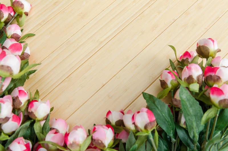 木制板上的鲜花背景