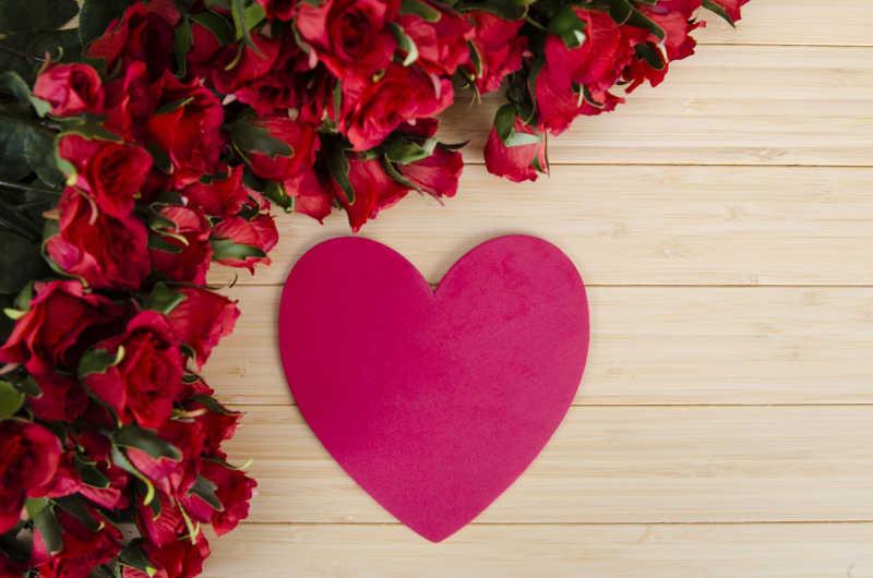 情人节的玫瑰和心形卡片