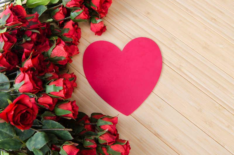 木板上的玫瑰和心形贺卡