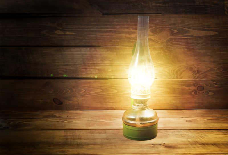 木桌上的旧煤油灯灯