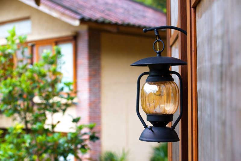 屋外悬挂的煤油灯