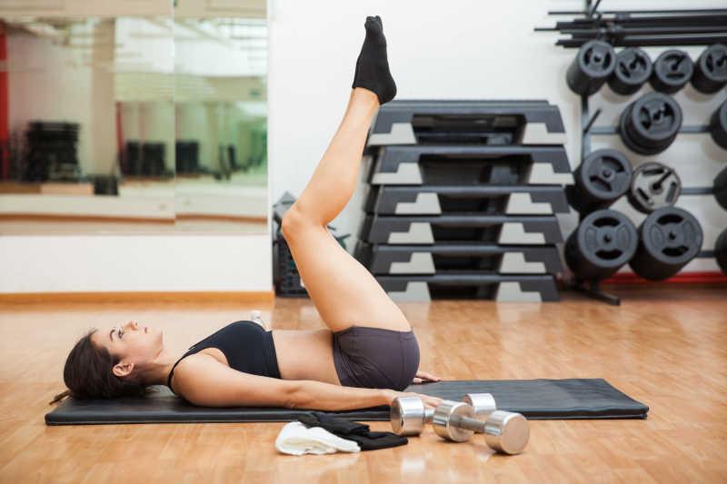 锻炼腿部的年轻女人