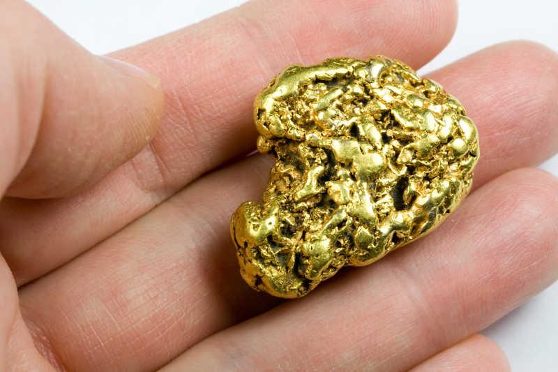 手指上的黄金金块