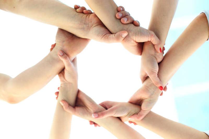 商业团队用双手环显示团队的成功概念