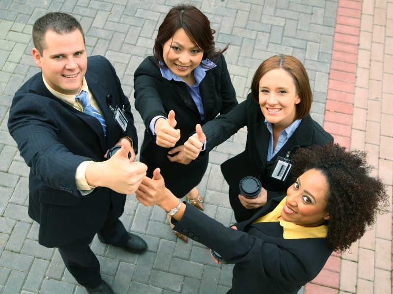 自信的商业团队多样性组显示OK符号