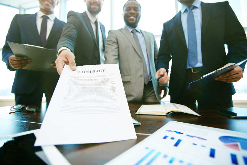 商业团队成功签订合同
