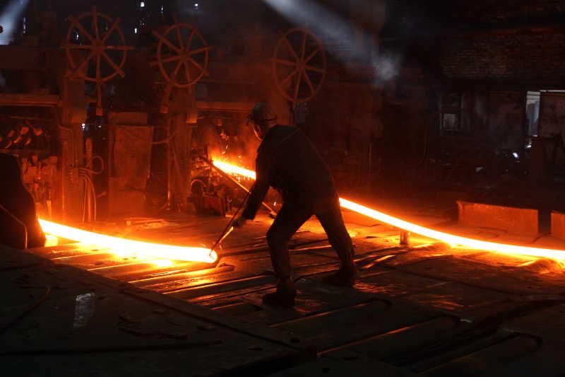 钢铁冶炼工人正在工作