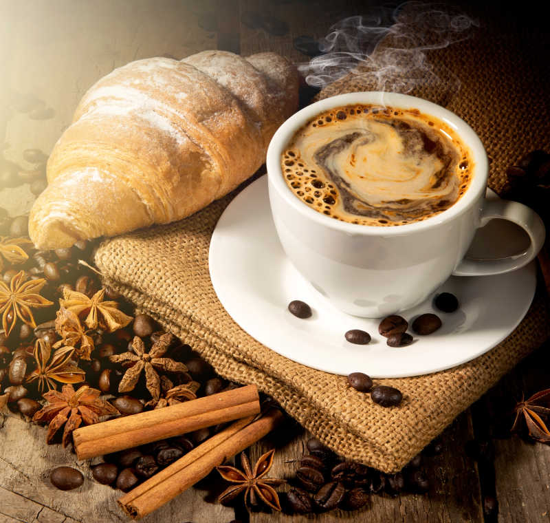 早上的咖啡和牛角包