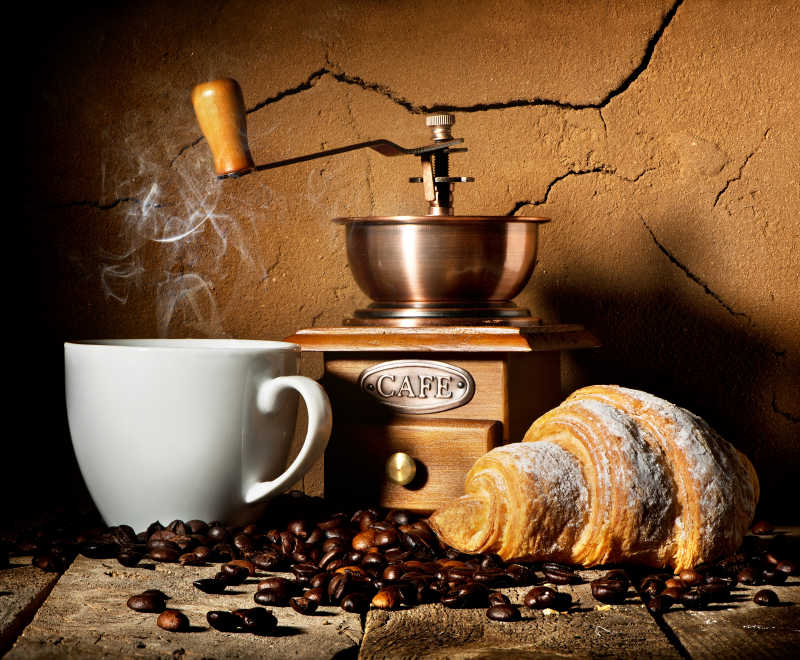 咖啡机旁新鲜牛角包和咖啡粒