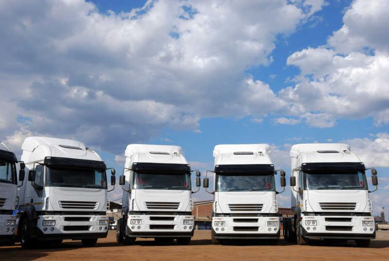 白色的货运卡车