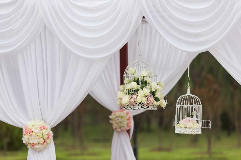 鲜花和挂帘婚礼装饰