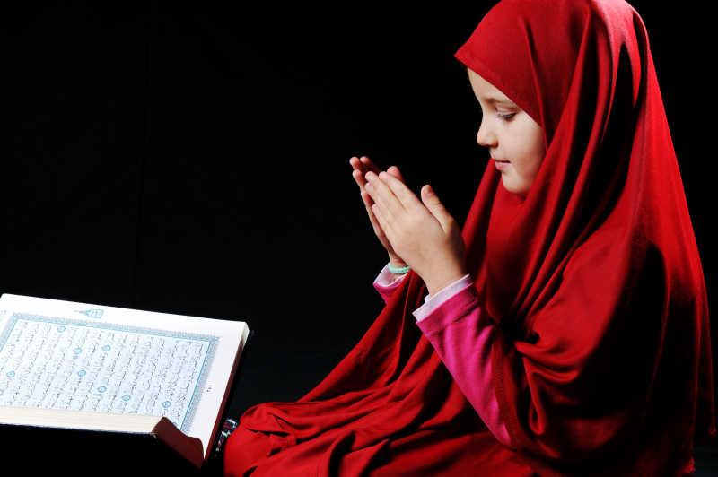正在看古兰经的穆斯林女孩