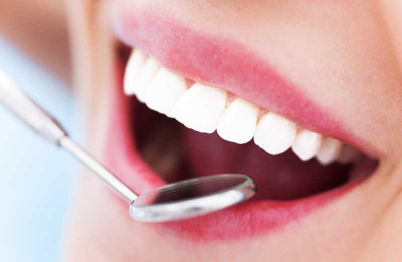 牙医的放大镜和美女的牙齿