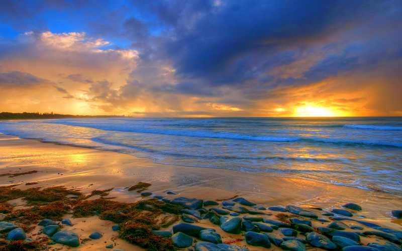 落日下布满卵石的海滩