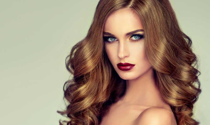 拥有长波浪卷发的漂亮女孩