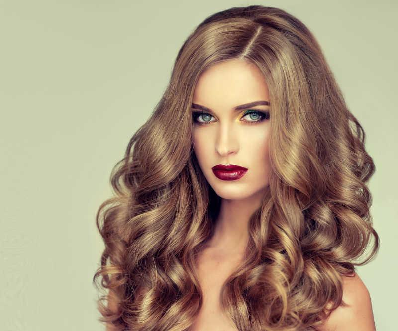 卷曲发型和时尚化妆的金发模特
