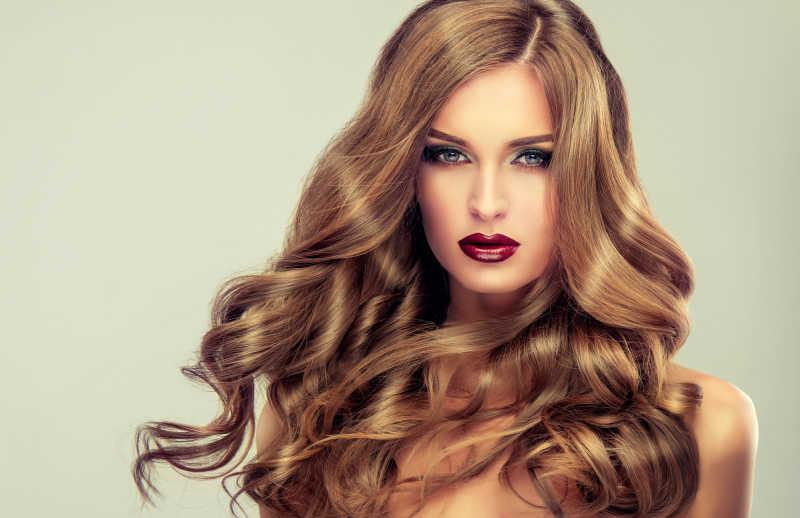 长波浪卷发的漂亮女孩