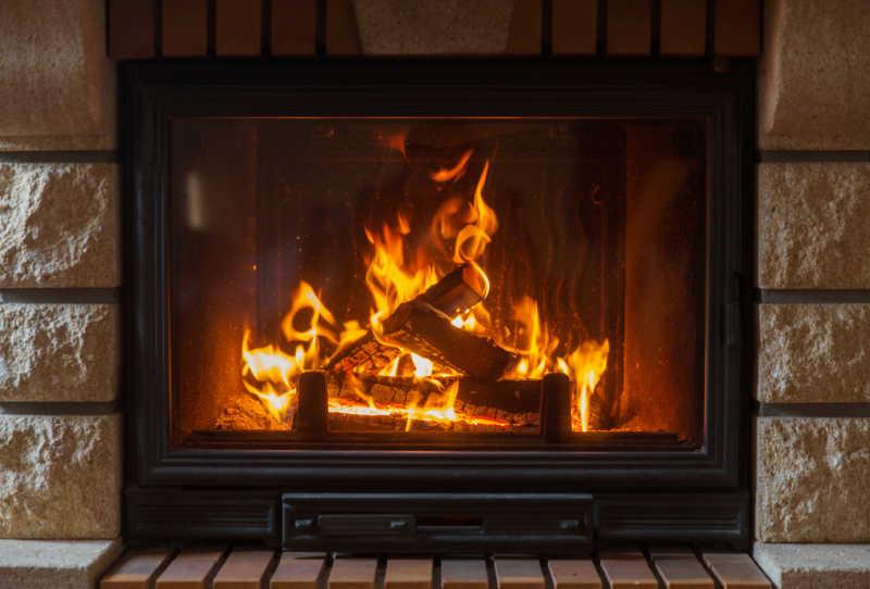 家中壁炉里燃烧的木炭