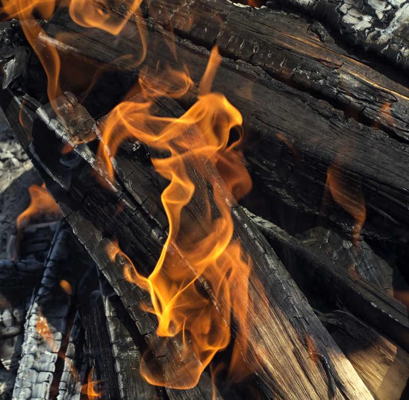 火焰中的木炭
