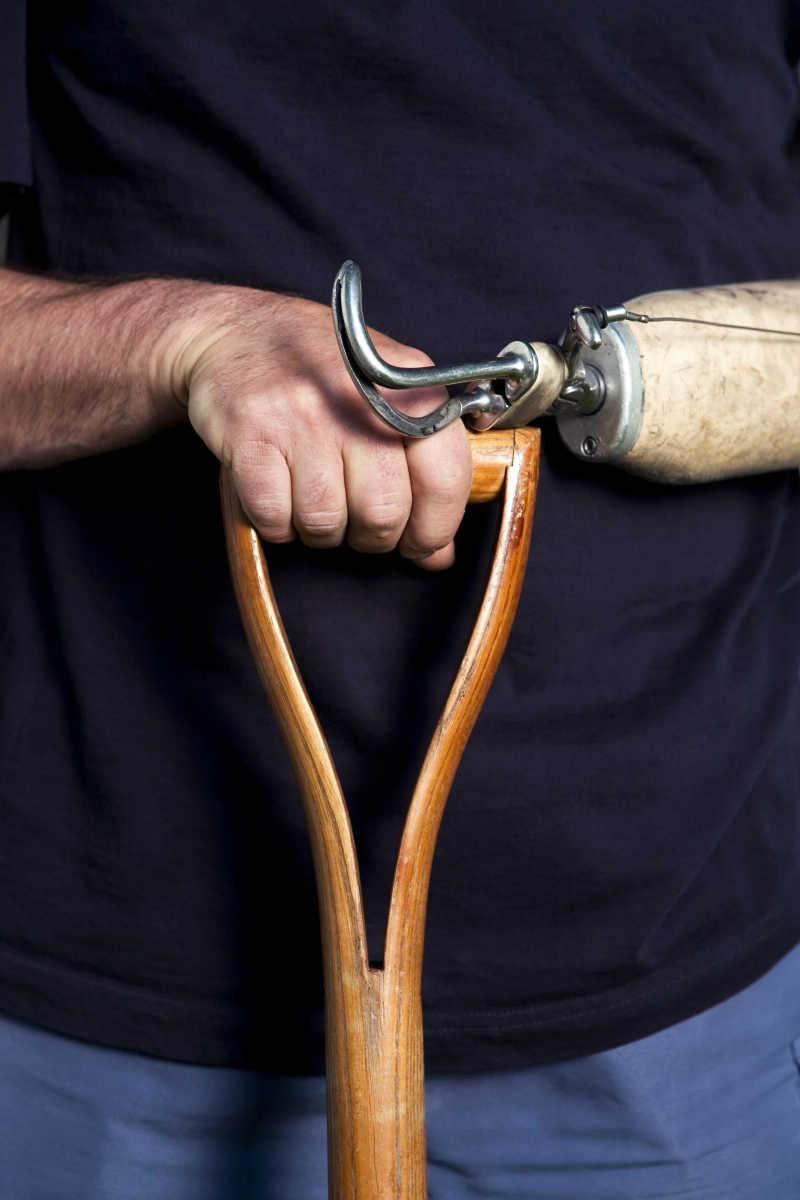 一个男人的手和假肢的特写