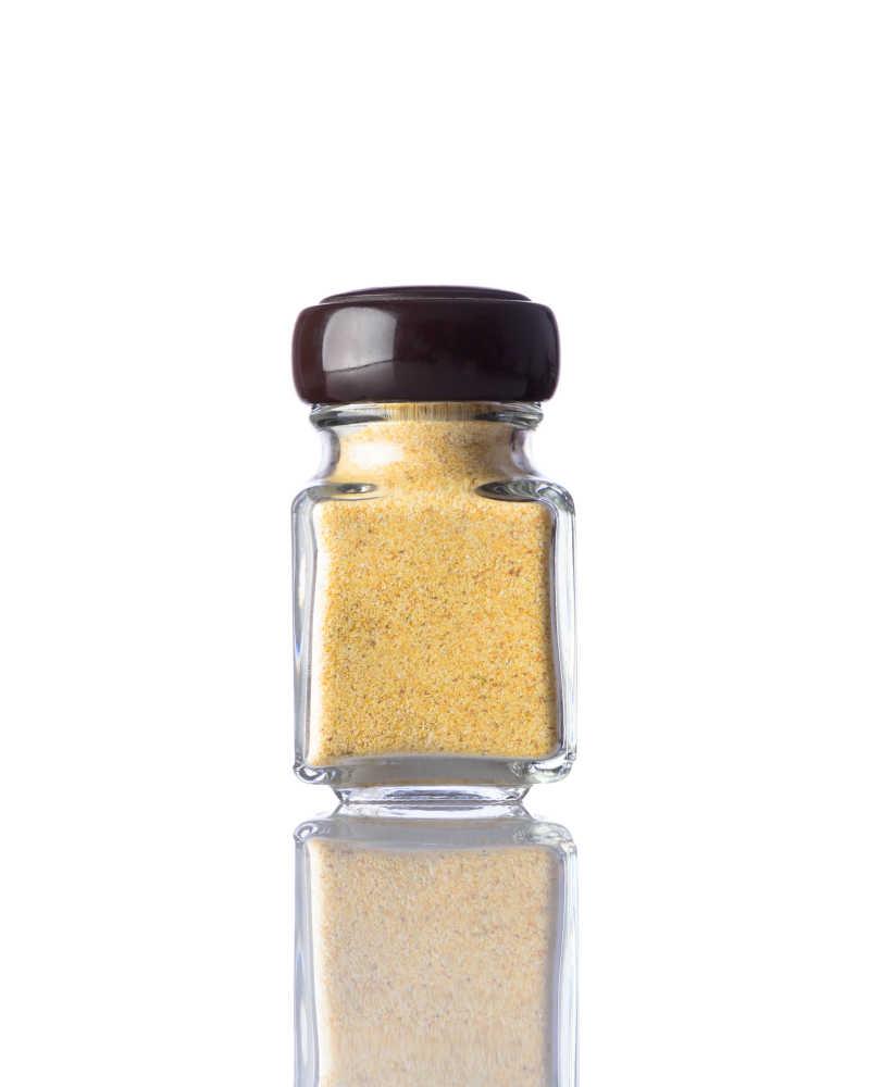 白色背景下黄色咖喱粉