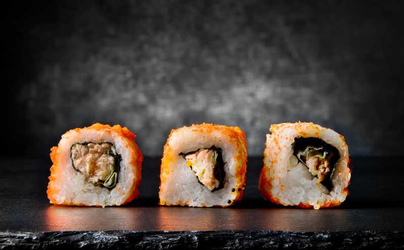 黑底石板上的美味寿司