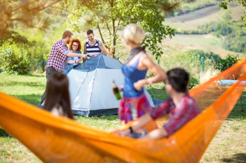 派对上正在搭建帐篷的人