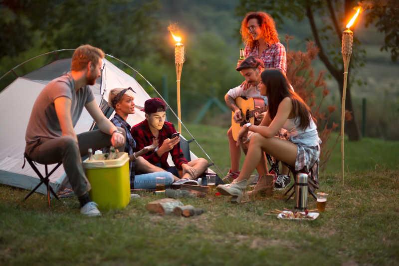 营地上一起交欢的年轻人