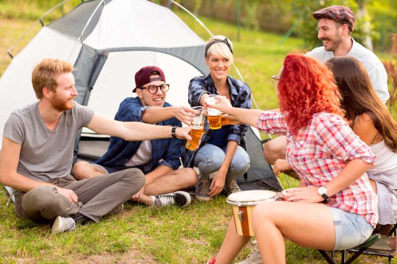 帐篷前的互相碰杯