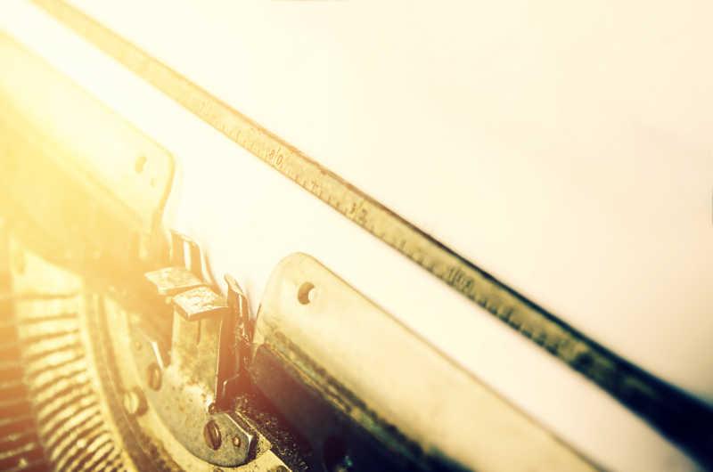 灯光下的复古打印机特写