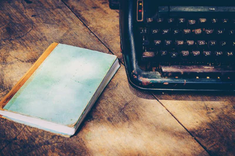 复古打印机和书放在木桌上