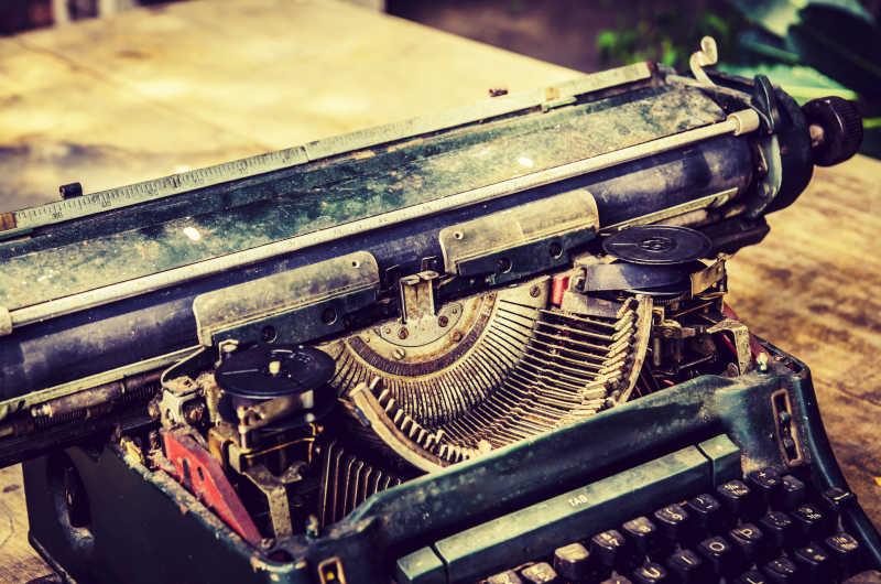 生锈的老式的打字机特写